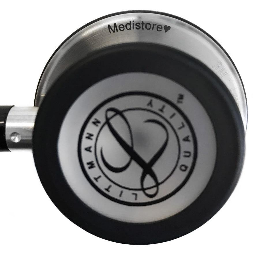 Bilden visar en gravering på stetoskopet Littmann Classic III Black 5620.
