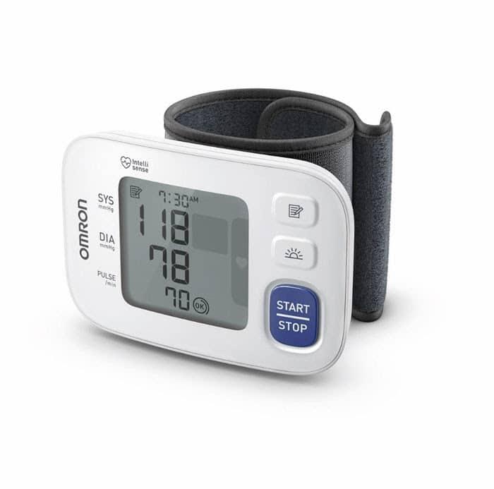 Visar manschett och blodtrycksmätare tillsammans